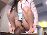 美女のおしっこを口で受け止めてからクンニでお掃除!聖水プレイマニア歓喜