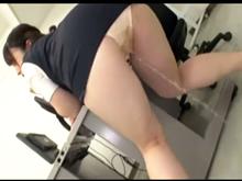 女性に利尿剤を飲ませてお漏らしさせる変態 突然の尿意に耐え切れず服を着たまま大量失禁