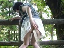 少女が浣腸オナニーを自画撮り配信!素人娘が野外で肛門から大量の水を噴射しながら絶頂