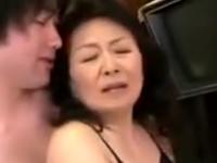 年老いた母に欲情する変態息子に中出しされる還暦熟女