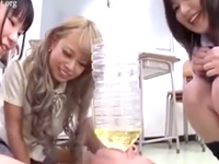 女子校生の新鮮な小便を飲み干す先生!顔面に放尿はご褒美です