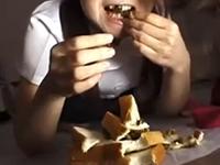 うんこを食べる女性の食糞動画!パンに大便を挟んで食す衝撃スカトロ映像