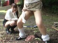 女子のおしっこが大好物の変態ドMにはご褒美!生き埋めにされながら虐められておしっこぶっかけ