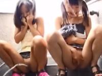団地で見つけた女の子がおしっこまみれのパイパンをクンニされて恥ずかしそうに悶える