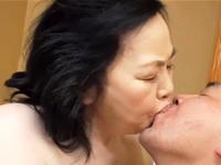 おばあさんのパイパンに精子を注入!男に食らいつくようにしてセックスする七十路熟女