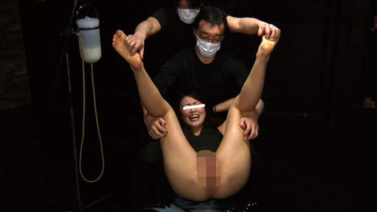 牛乳浣腸を噴射する女子3