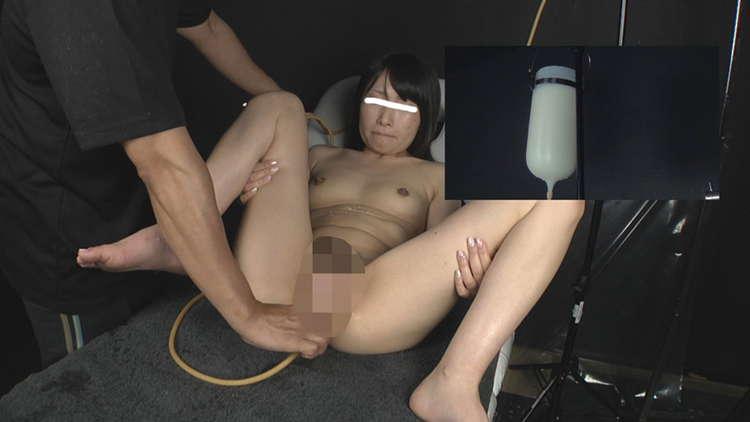 牛乳浣腸を噴射する女子7