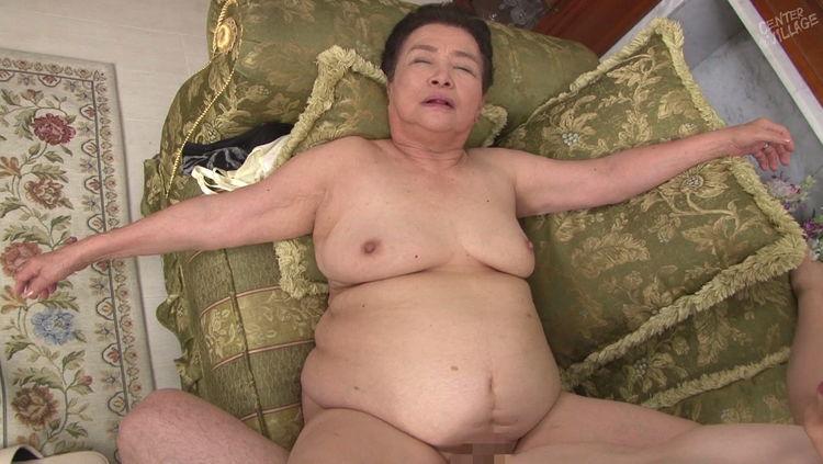 80代のおばあさんと中出しセックス…4