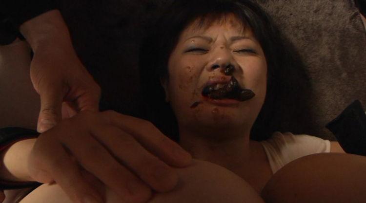口の中にうんこされる女…10
